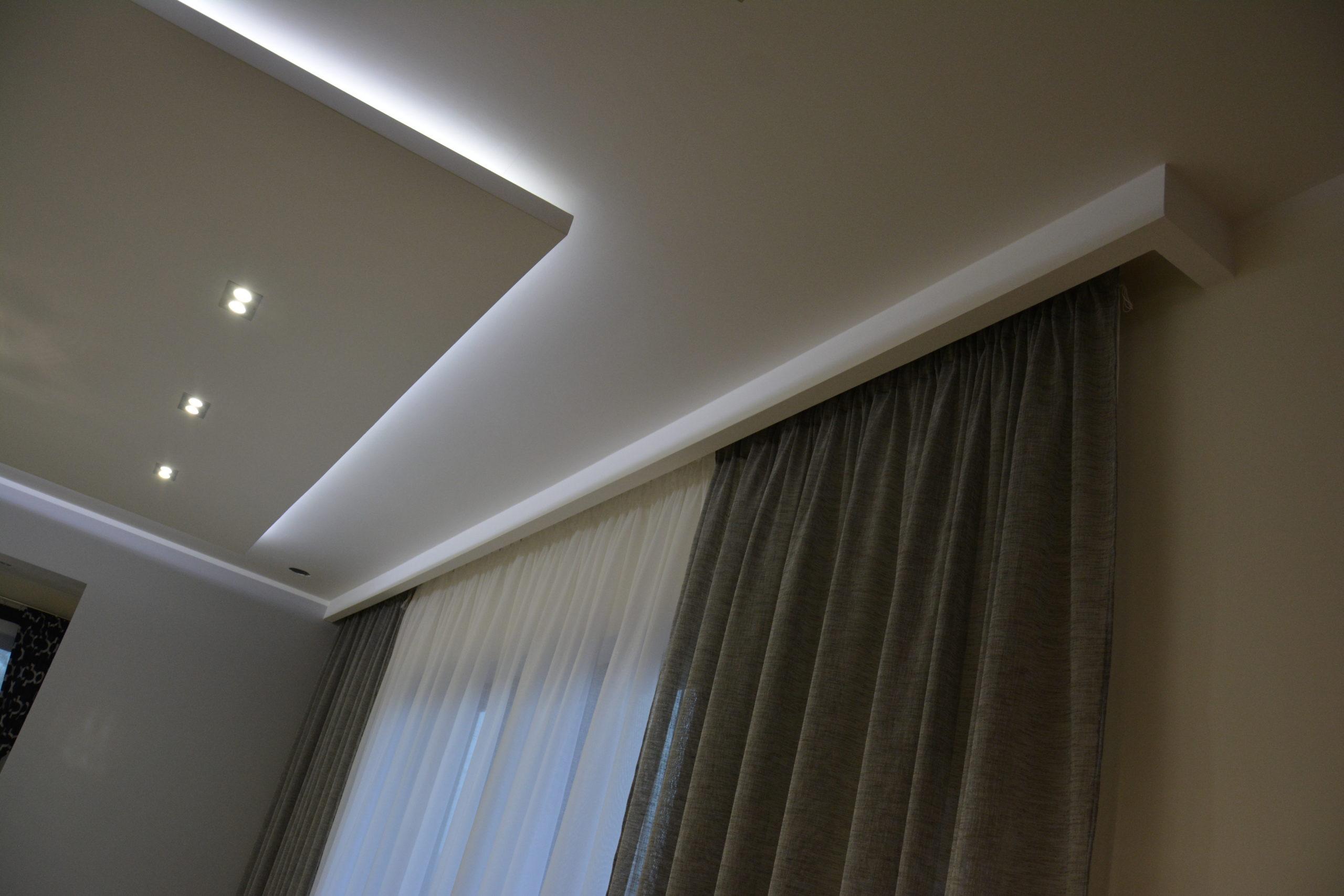 Sufit podwieszany z oświetleniem punktowym