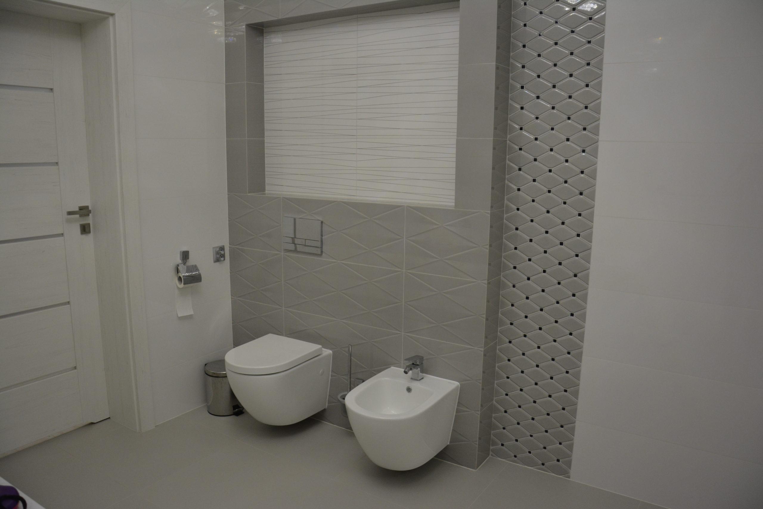 Łazienka z sufitem podwieszanym i oświetleniem LED